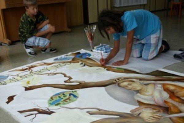 Gobelín tvorili deti začiatkom augusta, pomáhal im aj paralympijský víťaz v stolnom tenise Miroslav Jambor.