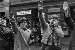 Sudetskí Nemci zdravia Adolfa Hitlera po príchode do Chebu na jeseň 1938.
