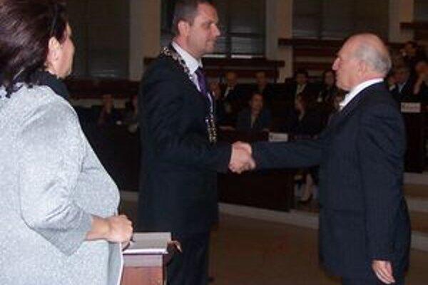 Alexander Lilge - známy manažér Neografie sa vracia do parlamentu. S A. Hrnčiarom pred podpisom poslaneckého sľubu.