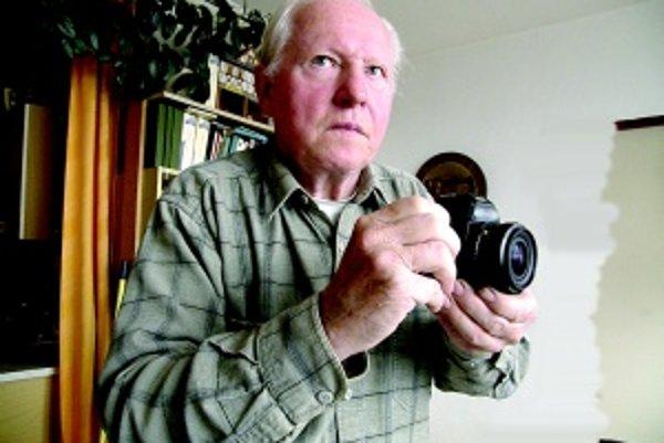 Ladislav Tomčány. Bývalý spolupracovník svoj starý fotoaparát doteraz nevymenil za digitálny. Modernej technike nedôveruje.