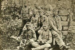Jaroslav Hašek (úplne vpravo) počas svetovej vojny.