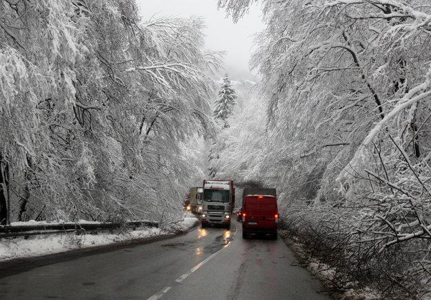 Vyťažená cesta cez Kremnické Bane je dnes prevažne mokrá.