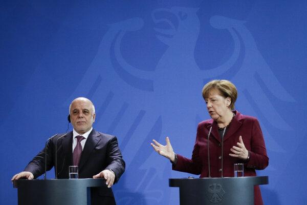 Nemecká kancelárka Angela Merkelová a iracký premiér Hajdar Abádí počas spoločnej tlačovej konferencie v Berlíne.