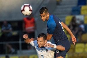 Dávid Hancko (vyššie) v drese slovenskej reprezentácie do 21 rokov zvádza hlavičkový súboj s Giuseppem Pezzellom v prípravnom zápase Slovensko U21 - Taliansko U21.