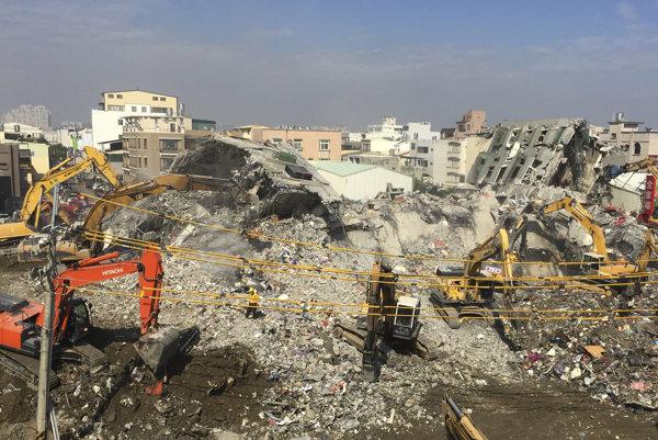 Najmenej 65 z obetí zemetrasenia zomrelo v troskách 17-poschodového bytového domu, ktorý sa zrútil v meste Tchaj-nan.