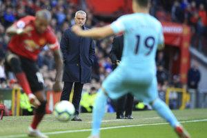 Tréner Manchesteru United José Mourinho sleduje zápas.
