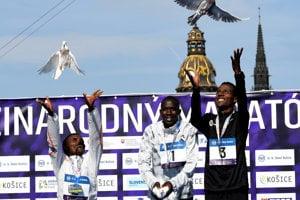 Zľava: Shumet Mengistu z Etiópie (3. miesto), Raymond Choge z Kene (1. miesto) a Aychev Bantie Dessie z Etiópie (2. miesto) počas počas slávnostného vyhlasovania víťazov