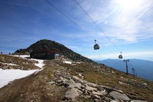 Vrchol Chopku sa nachádza pár desiatok metrov od vrcholovej stanice lanovky