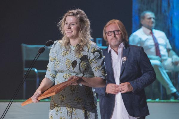 Júlia Rázusová si prebrala cenu Dosky 2018 za réžiu hry Znovuzjednotenie Kóreí v Štátnom divadle Košice.