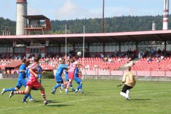 Považskobystričan Rudolf Škrobák (v červenom vo výskoku) dáva Gabčíkovu jeden zo svojich troch gólov.