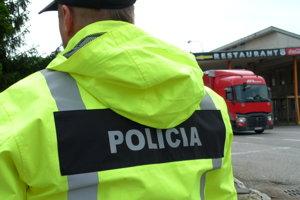 Policajná hliadka kontrolovala osobné auto Honda.