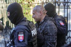 Tomáš Szabó, ktorý podľa polície strieľal, prichádza na Špecializovaný trestný súd.
