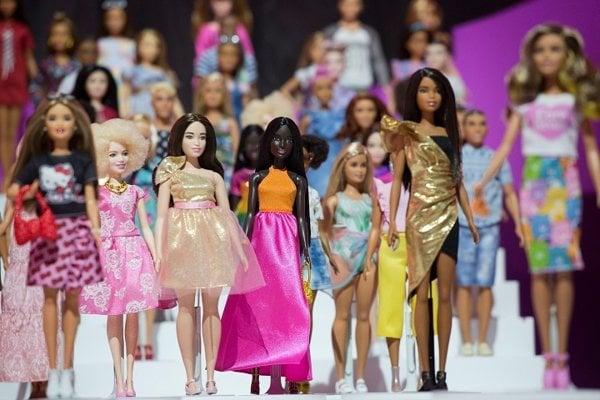 Barbie predstavovala pri svojom vzniku v roku 1959 vysokú dlhovlasú blondínku, postupom času ale vznikli aj jej ďalšie emancipovanejšie verzie.