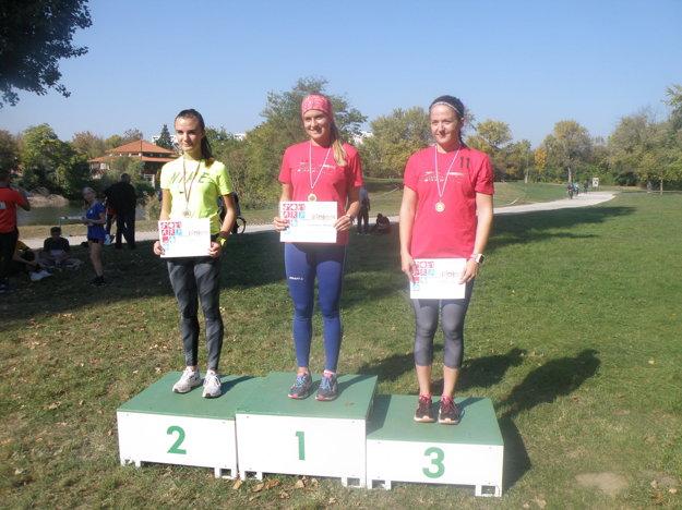 Najlepšie tri v kategórii študentiek zľava Petra Šuleková (2.), Bibiana Grolmusová (1.), Mariana Petrušová.