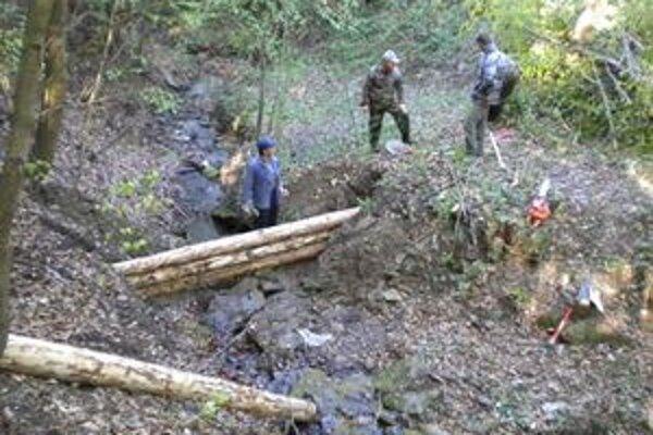 Práce na výstavbe vodozádržných prvkov sa realizujú v lese.