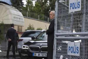 Polícia pred vstupom na saudskoarabský konzulát v Istanbule.