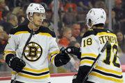 Peter Cehlárik (vľavo) v drese Bostonu Bruins.