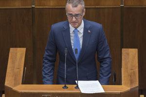 Podpredseda vlády SR pre investície a informatizáciu Richard Raši obhajova novelu o  verejnom obstarávaní.