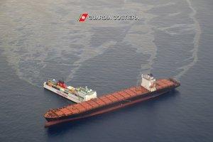 Tuniská nákladná loď pri zrážke 7. októbra prerazila dieru do trupu cyperskej kontajnerovej lode a spôsobila tak únik paliva do mora. Pri kolízii nikto neutrpel zranenia.