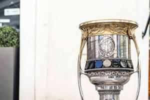 Slávny Gagarinov pohár - trofej pre víťaza Kontinentálnej hokejovej ligy pri soche legendárneho Čumila na križovatke ulíc Laurinská, Panská a Rybárska brána.