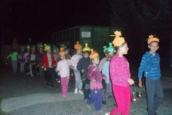 Deti s vlastnoručne vyrobenými lampášikmi robili kontrolu okolo školy.