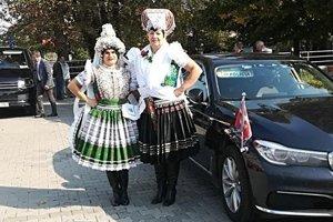 Monika a Lucia sa pripravujú na cestu za Veľkú mládku.