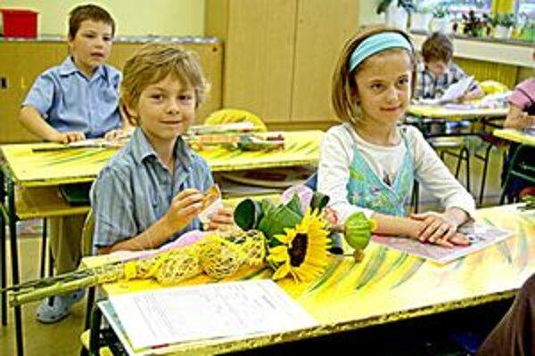 Oliver dostal od triednej učiteľky okrem vysvedčenia aj knihu pre najlepšieho žiaka.