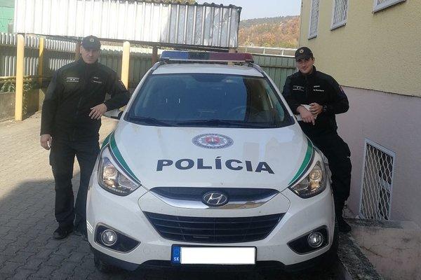 Policajti Michal Baninec (vpravo) a Michal Kubaš (vľavo).