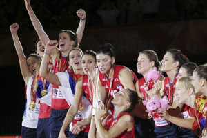 Srbské volejbalistky sa tešia po historicky prvom zisku zlatej medaily na MS.