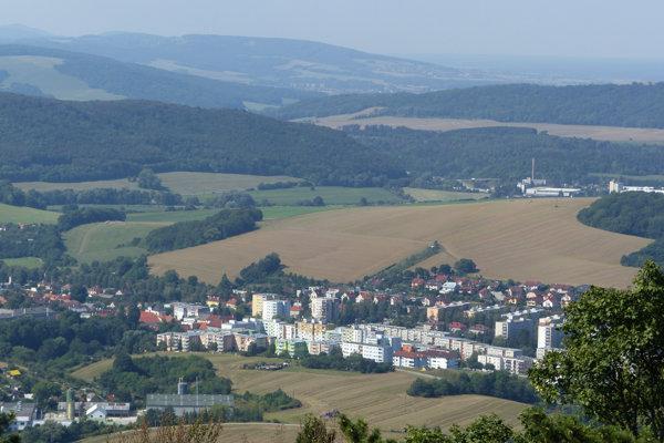 Na snímke pohľad na mesto Brezová pod Bradlom (okres Myjava) z Mohyly Milana Rastislava Štefánika.