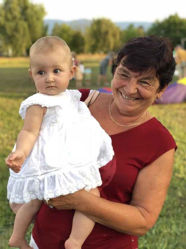 Mária Wienerová s vnučkou Barborkou počas rodinného pikniku spojeného s letným kinom, ktoré spoločne s Martinom Kapitulíkom zorganizovali pre obyvateľov Vlčiniec.