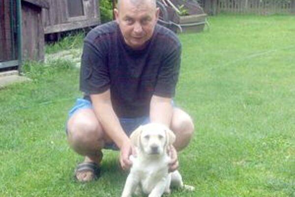 Štefan so šteniatkom, ktoré má dnes už asi nového majiteľa.