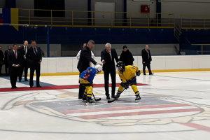 Vľavo premiér SR Peter Pellegrini vhadzuje slávnostné buly po otvorení zrekonštruovaného zimného štadióna v Kežmarku.