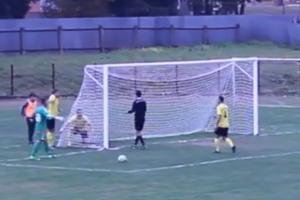 Hráči ukazujú rozhodcovi v sieti dieru, ktorou lopta vyletela z brány.