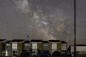 Mliečna dráha na nočnej oblohe vo Veľkej Británii.