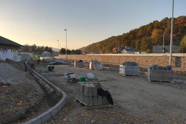 Mesto kvôli vysokému múru zvyšuje chodník a upravuje okolie rieky. Stavba poškodzuje garáže v susedstve. (FOTO: MARIO HUDÁK)