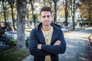 Tomáš Stríž (32)je štvrtou generáciou rodinnej pohrebnej služby a zakladateľom firmy Topa so spomienkovými predmetmi, v ktorých sú zvečnené spomienky na blízkych a milovaných.