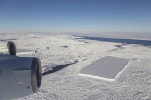 Druhý obdĺžnikový ľadovec, ktorý pri prelete objavili.