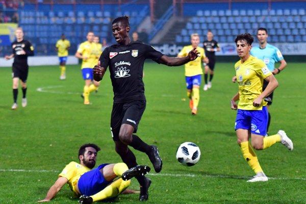 Na snímke vľavo dole hráč MFK Zemplín Michalovce Jose Carillo Mancilla, vpravo hráč FC DAC 1904 Dunajská Streda Vakoun Issouf Bayo