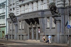 Budovu Bratislavského policajného riaditeľstva na Špitálskej ulici postavili v roku 1926. Pre sochársku výzdobu jej prischla pomenovanie U dvoch levov.