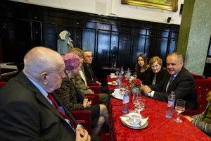 Prezident SR Andrej Kiska (vpravo) počas stretnutia so seniormi pri príležitosti mesiaca úcty k starším v Starom Meste.