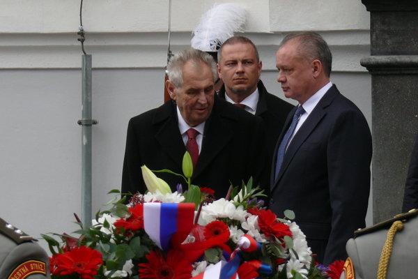 Prezident ČR Miloš Zeman a prezident SR Andrej Kiska na pietnom akte kladenia vencov pred budovou bývalej Tatra banky, kde bola prijatá Martinská deklarácia.