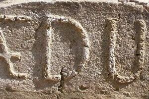 Tehla AEDU (Arciepiscopatus Dominium Ujvariensis - Novozámocké panstvo Ostrihomskej arcidiecézy) z ktorých bola murovaná druhá zúgovská hať.