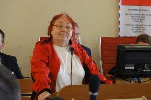 Riaditeľka osvetového strediska Marta Šimo-Svrčeková vystupuje pred poslancami.