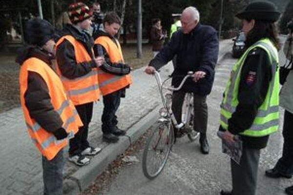"""Malí """"policajti"""" cyklistom i chodcom vysvetľovali, čo potrebujú, aby boli na ceste viditeľní."""