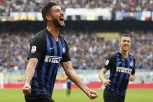 Matteo Politano oslavuje jeden z gólov Interu Miláno.