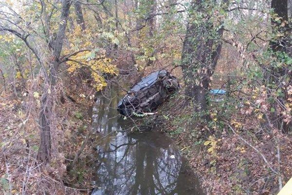 Auto sa zrútilo do potoka.