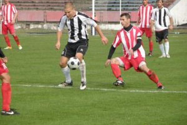V III. lige hrá doma iba Pov. Bystrica (v čiernobielom), ktorá v nedeľu predpoludním hostí Dunajskú Stredu B.