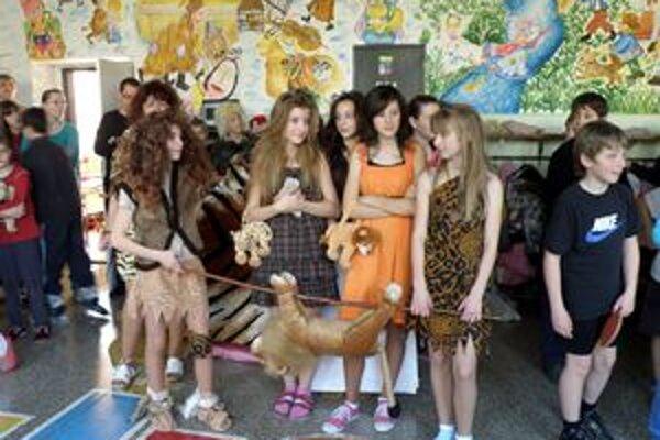 Neandertálci z dávnej doby kamennej dokonca vyzbrojení zbraňami a aj s úlovkom.