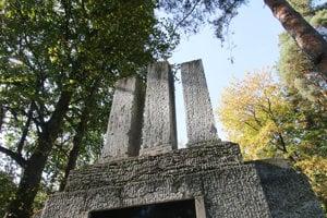 Pomník Pravda víťazí v arboréte.